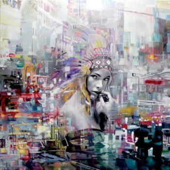 Stort maleri af kvinde i storby med abstrakt baggrund af by